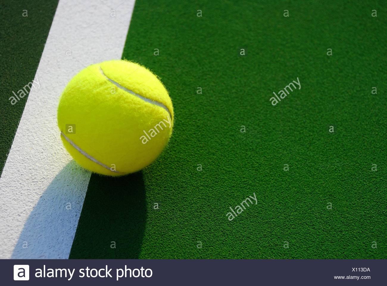 Gelben Tennisball auf Foul Linie Stockbild