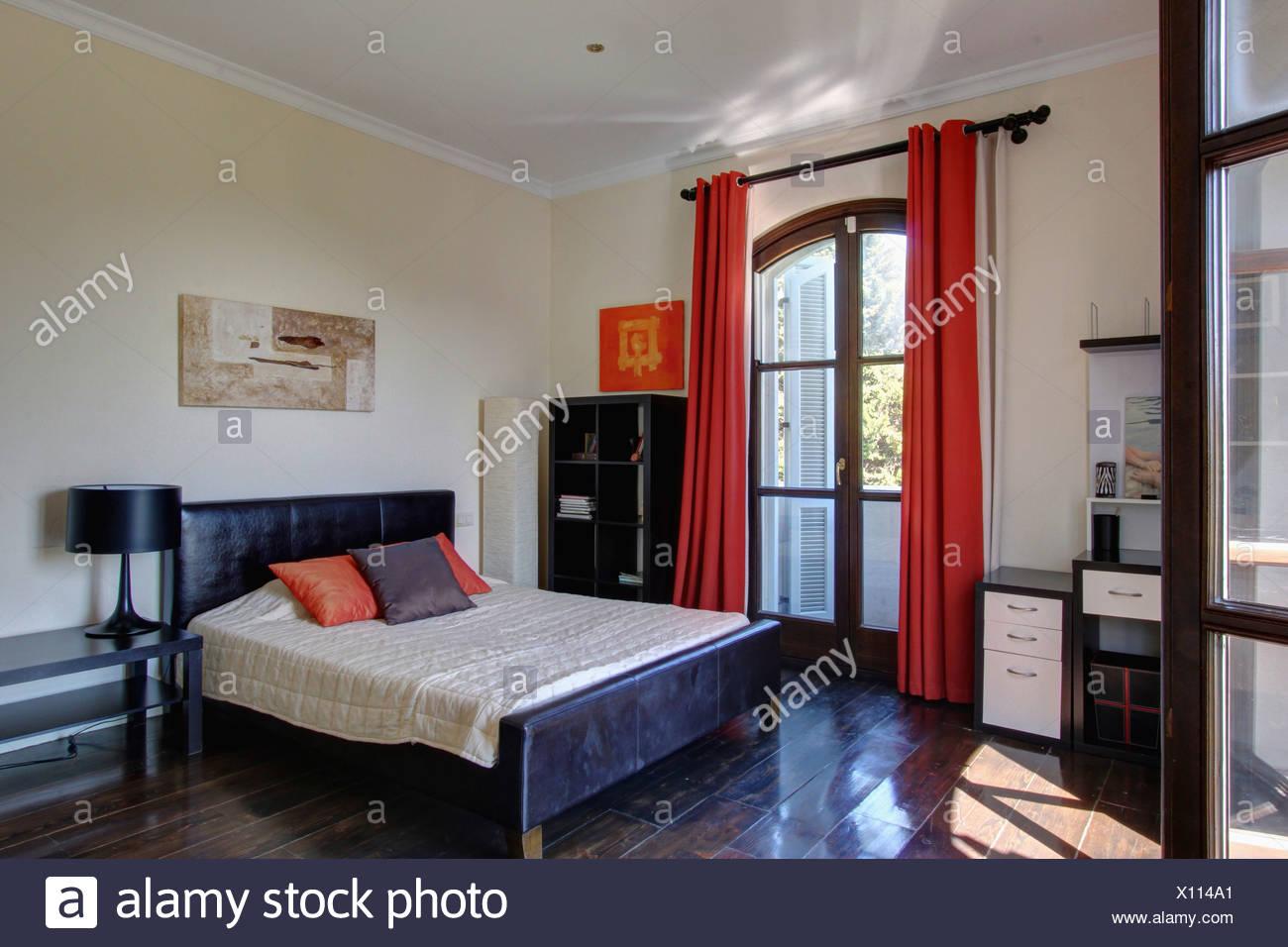 Holzfußboden Schlafzimmer ~ Rote vorhänge auf französische fenster im spanischen schlafzimmer
