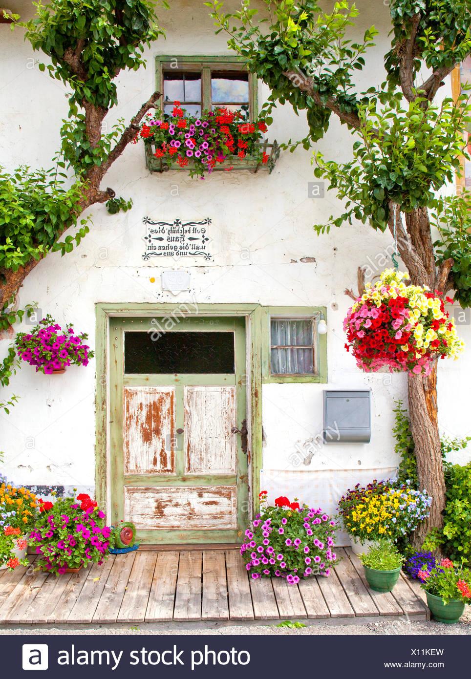 Altes Bauernhaus Mit Blumenschmuck Stockfotografie Alamy