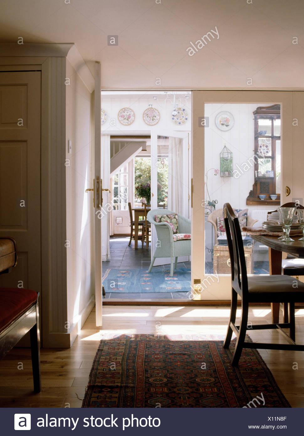 Teppich auf Holzboden im Land Speisesaal mit Glastüren, Wintergarten ...
