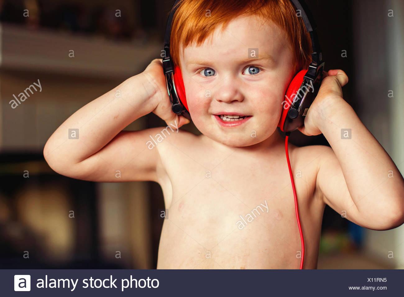 Junge mit Kopfhörern Musik hören Stockbild