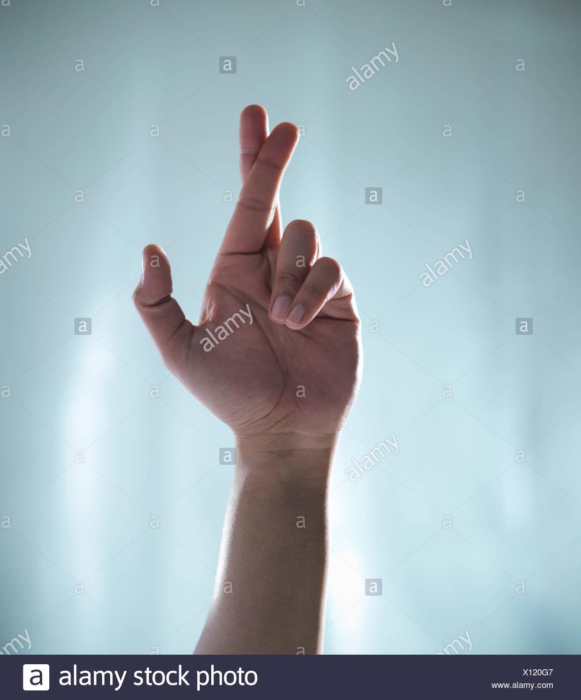 Nahaufnahme von Hand mit gekreuzten Fingern Stockbild