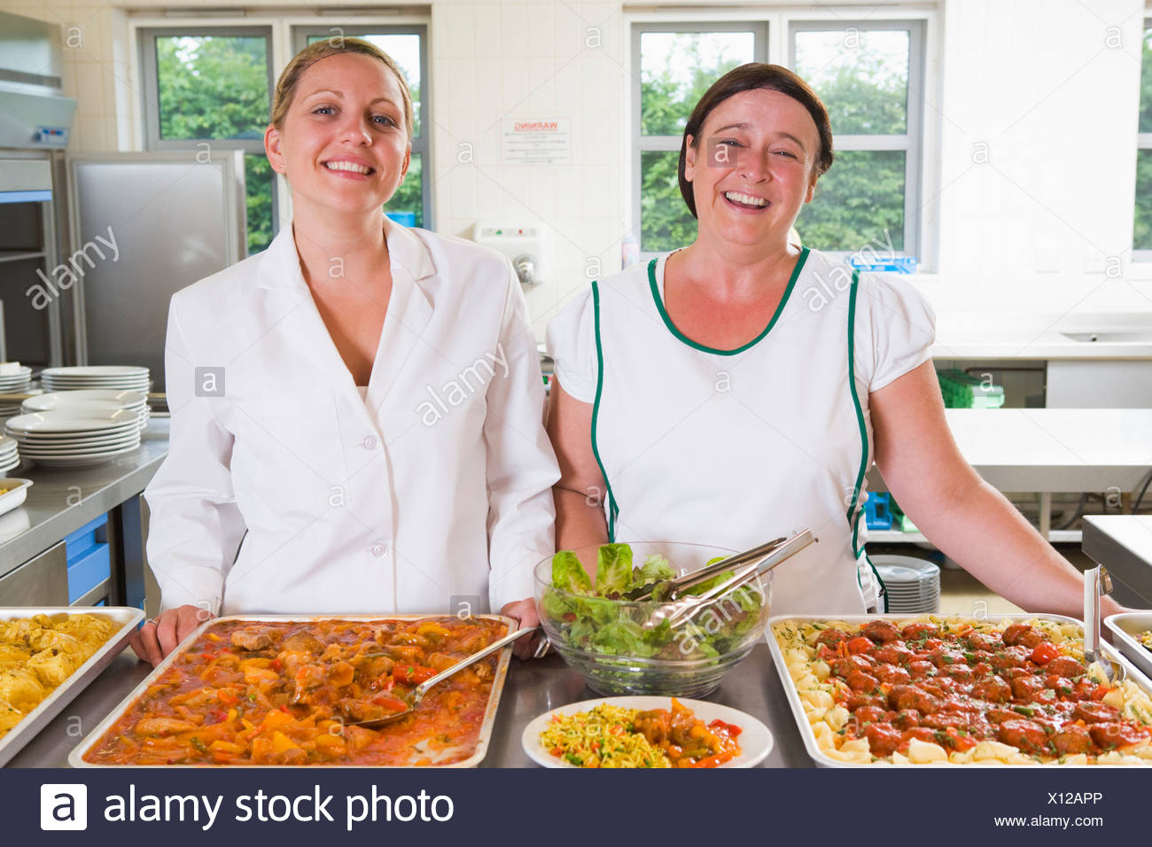 Zwei Damen hinter Tankstelle Mittagessen Mittagessen Stockbild