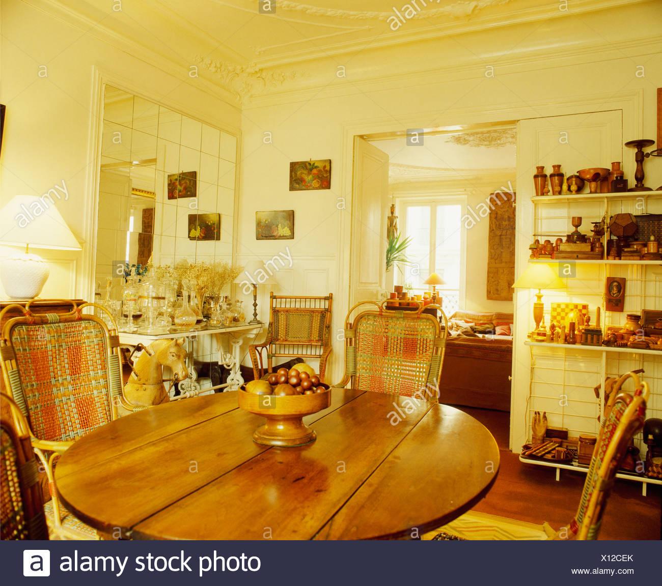 Rohrstuhlen Und Kreisformige Kiefer Tisch In Creme Speisesaal Mit