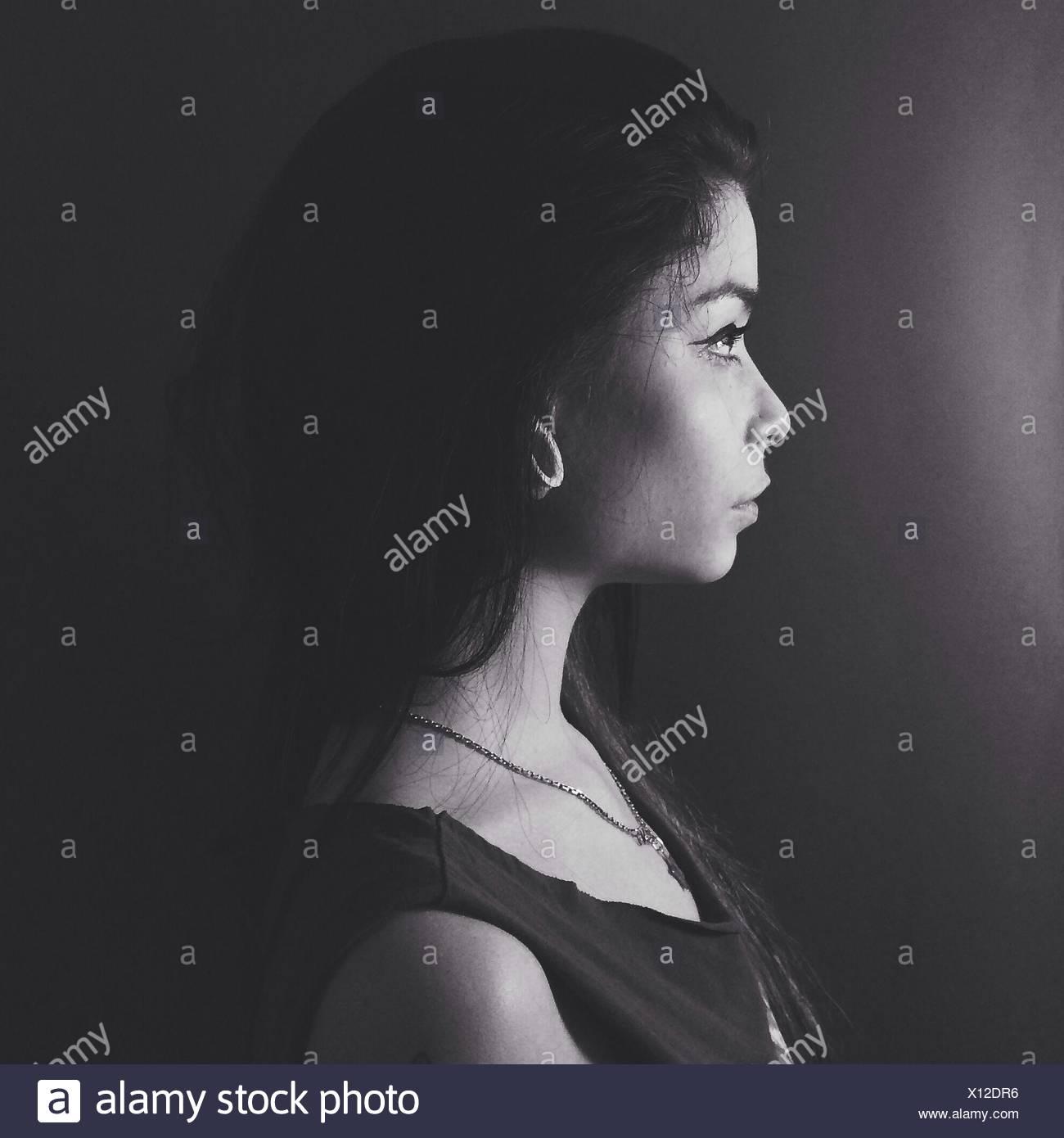 Seitenansicht eines junge nachdenkliche Frau über Plain-Hintergrund Stockbild