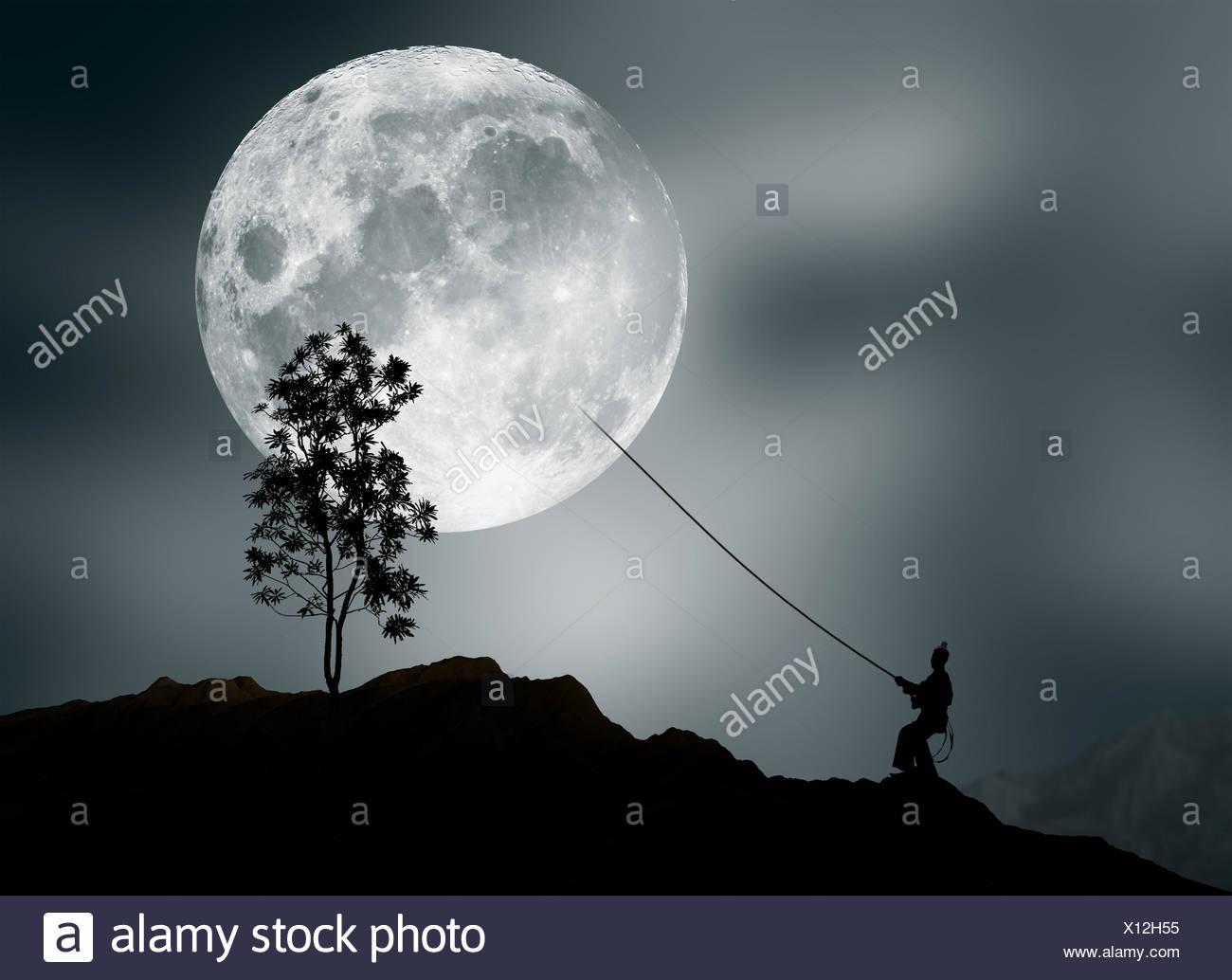 Menschen, die vorgeben, den Mond zu stehlen Stockbild