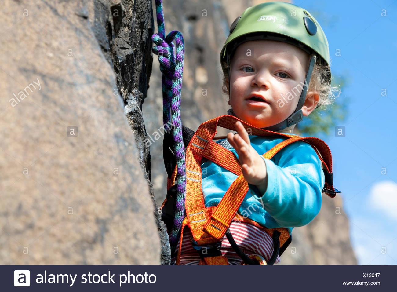 Kletterausrüstung In Der Nähe : Junge jahre klettern in einem steinbruch der nähe von