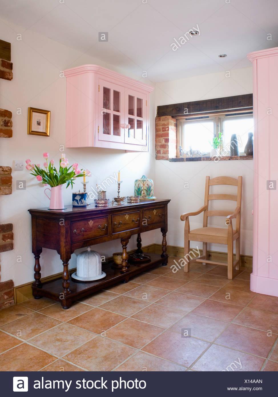Blasse Holz Stuhl Und Antiken Sideboard In Landhauskuche Mit