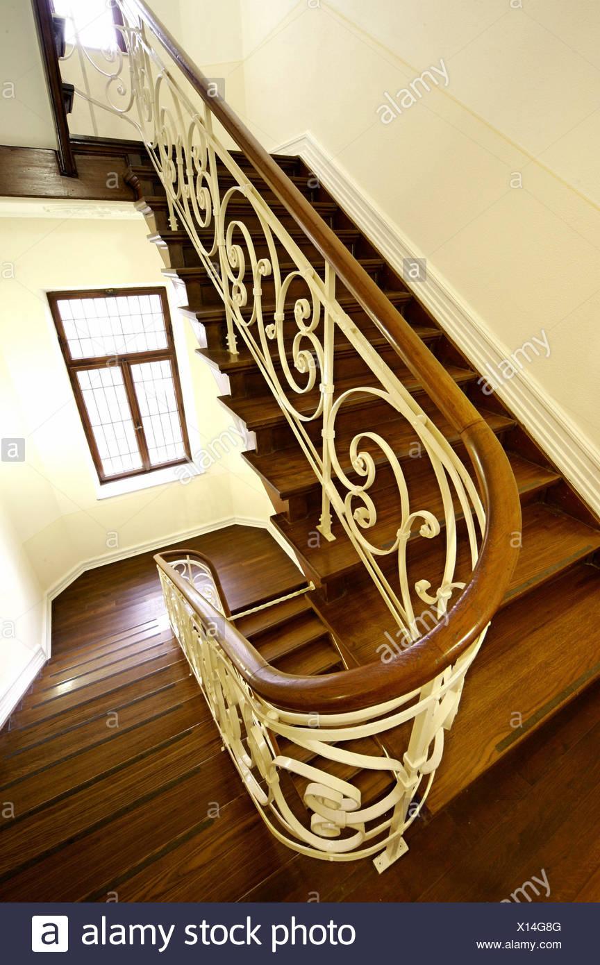treppenhaus h lzerne treppe gel nder schm cken fenster treppe treppen drinnen innen. Black Bedroom Furniture Sets. Home Design Ideas