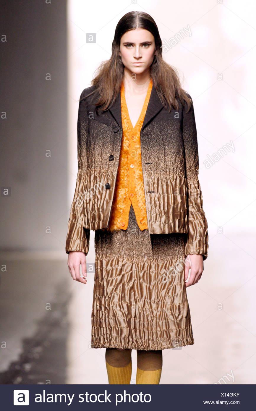 eb97aec7dc9f0 Prada Mailand bereit zu tragen-Herbst-Winter-Modell tragen Braun und Bronze  crinkle