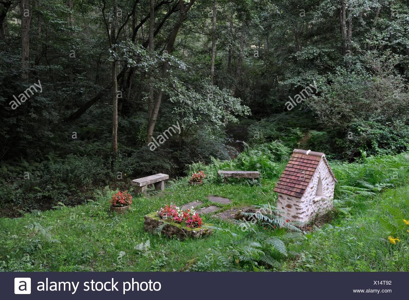 Bildstock und Saint-Fort Brunnen an der Rochers d'Angennes Ort im Wald von Rambouillet, Haute Vallée de Chevreuse Regionalen Naturpark, Stockbild