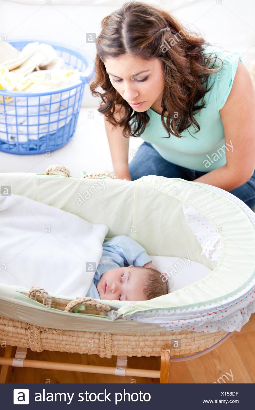 Junge Mutter Ihren Kleinen Sohn Schläft In Seinem Bett Zu Betrachten