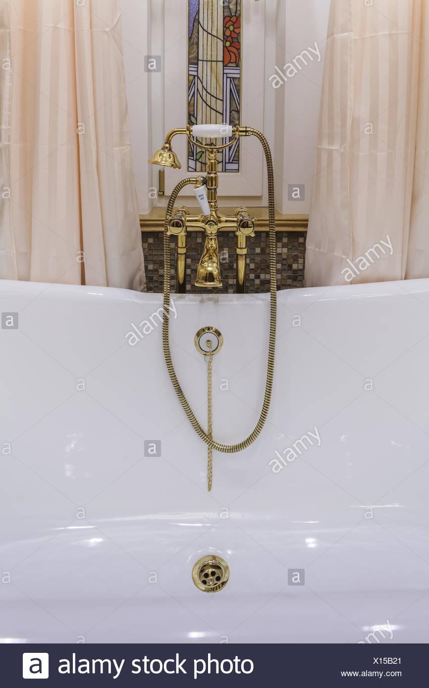Gold Badewanne Armaturen Und Duschkopf Stockfoto Bild 276098985