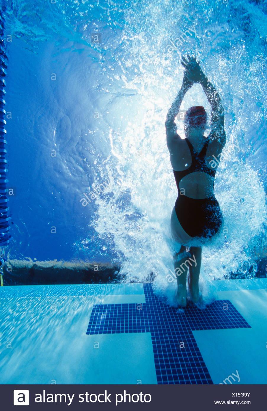Rückansicht des weiblichen Schwimmer im Wettbewerb Stockbild