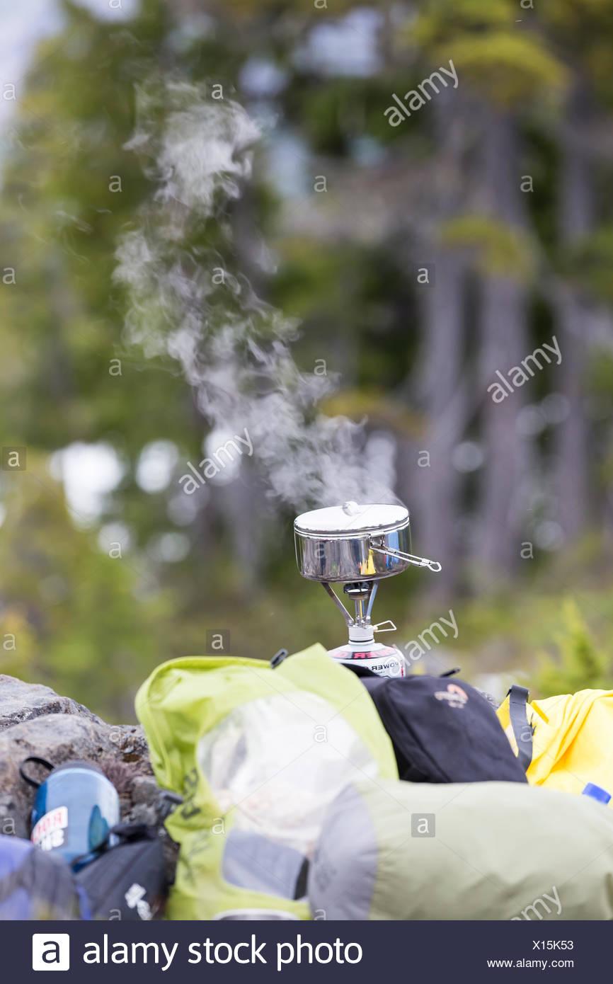 Abendessen kocht auf einem kleinen Herd kochen beim Camping auf Lee Plateau, Vancouver Island, British Columbia, Kanada. Stockbild