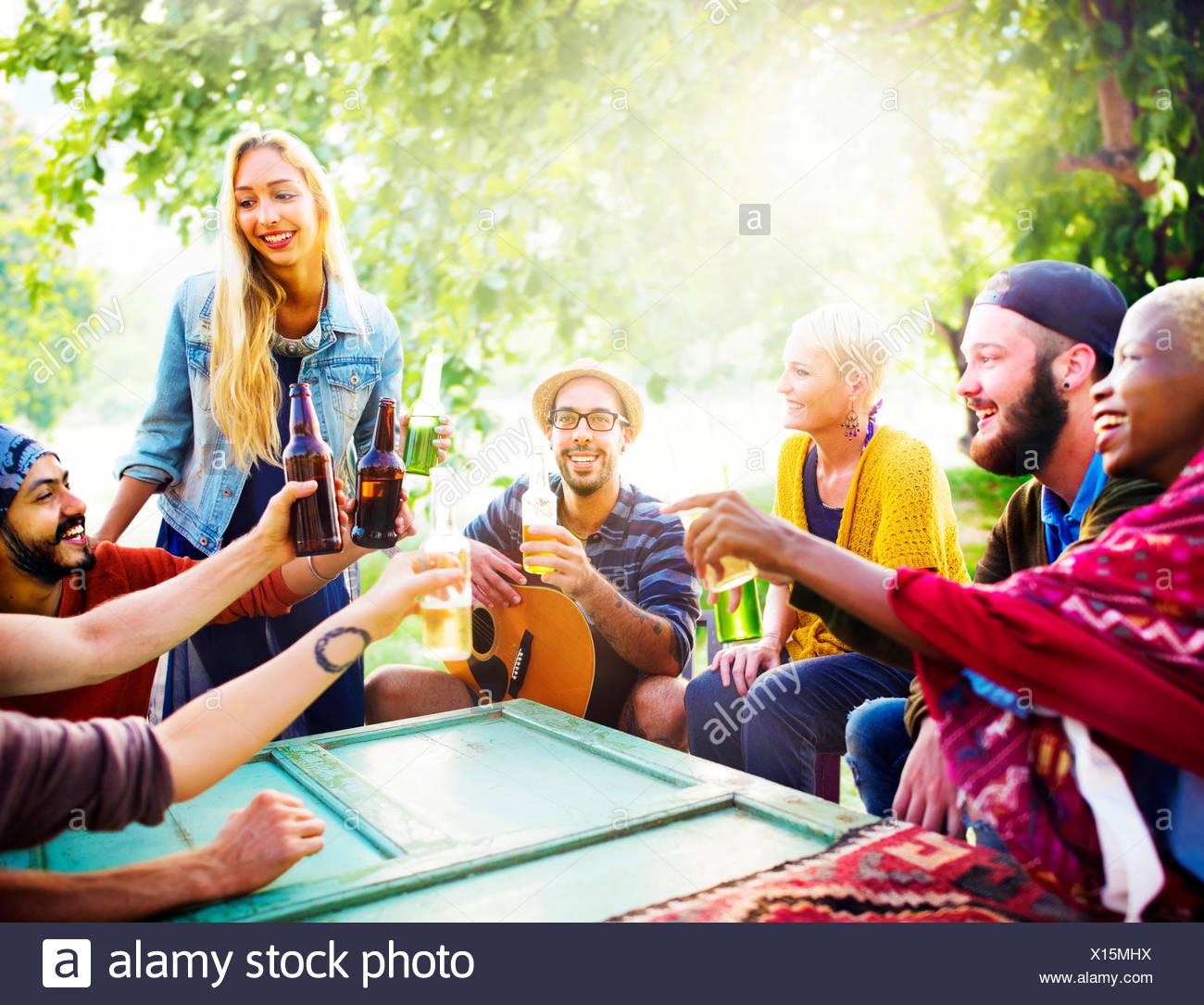 Freund feiern Party Picknick freudigen Lebensstil trinken Konzept Stockbild