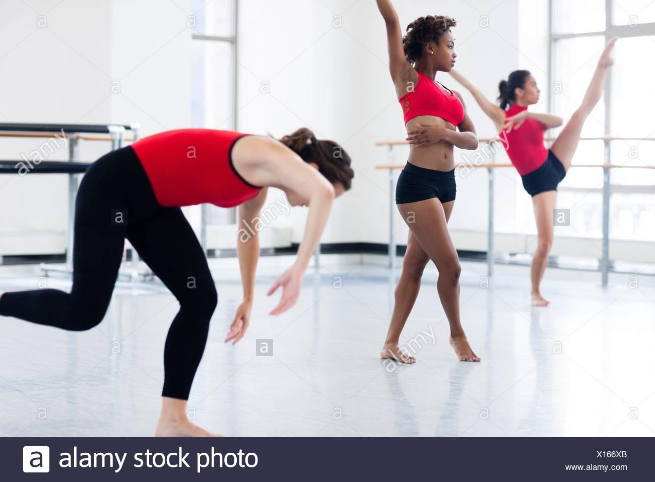 Junge Frauen im Tanz Studio tanzen Stockbild