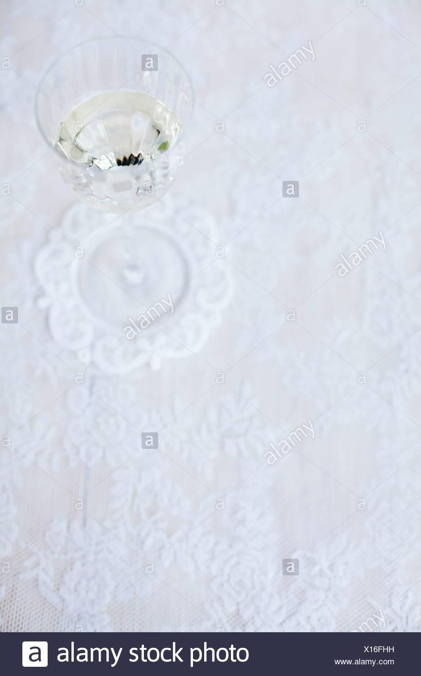 Erhöhte Ansicht der Weißweinglas auf Tischdecke Stockbild