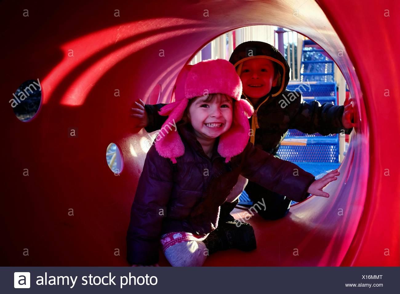 Kinder im Spielplatz-Tunnel Stockbild