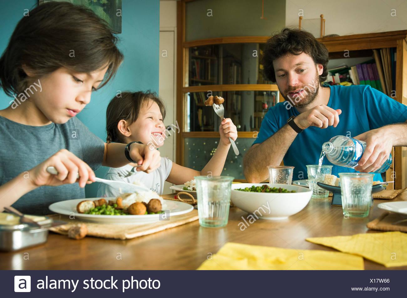 Familie beim Abendessen zusammen Stockbild