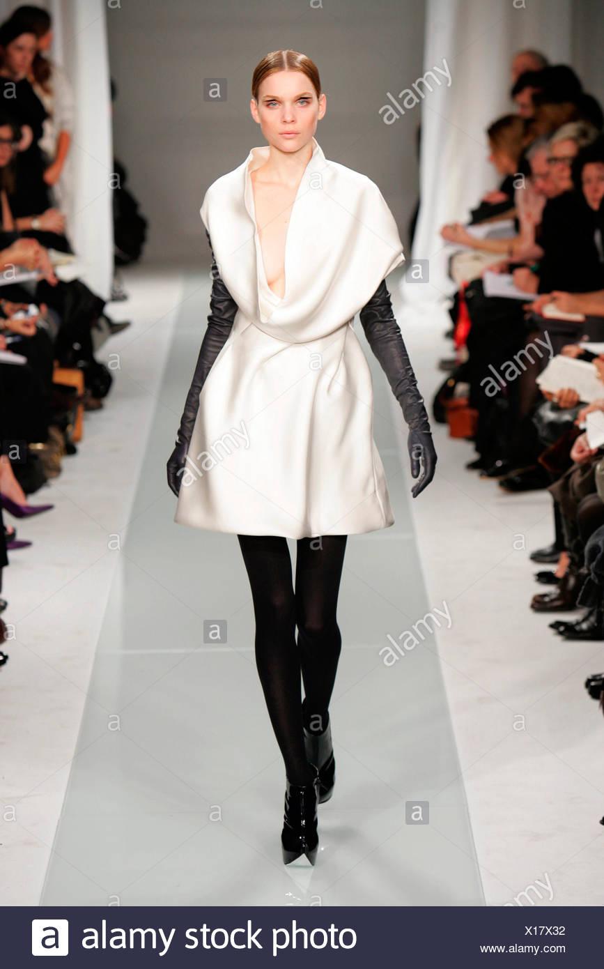more photos c438b b400c Brioni Mailand Fashion Woche Herbst Wintermodell Creme Seide ...