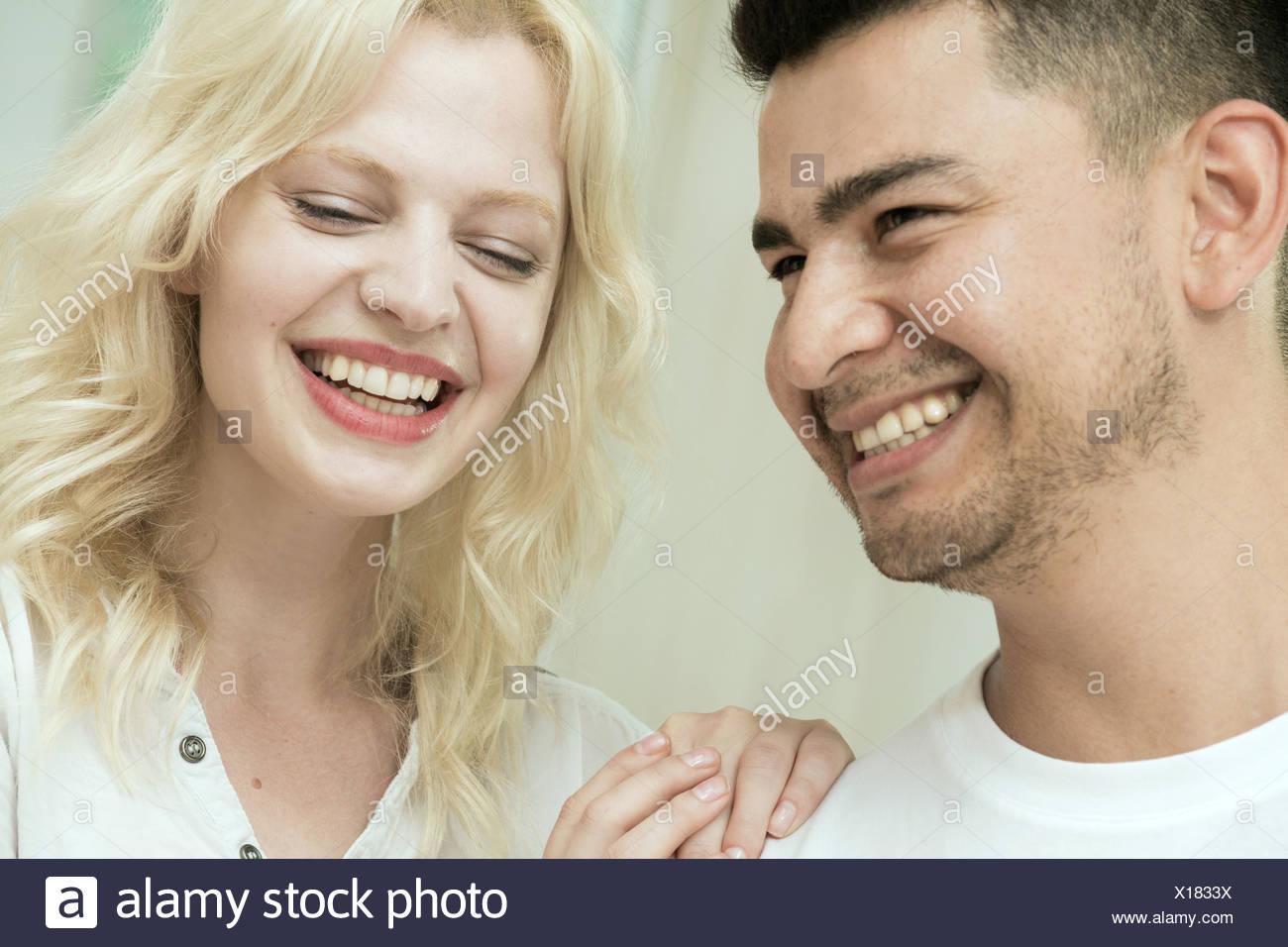 Junges Paar, lachen Stockbild