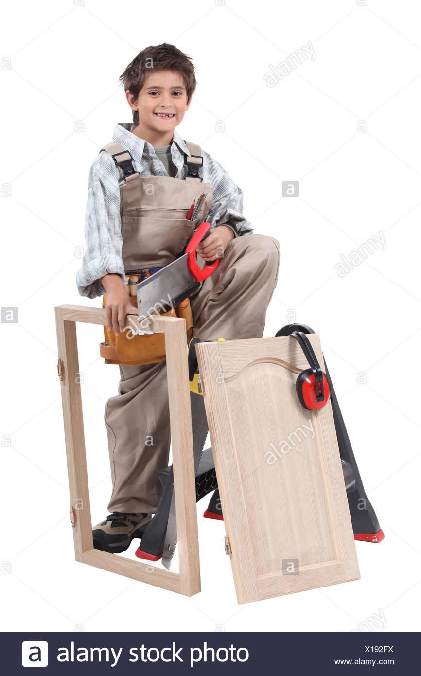 Junge, die vorgibt, ein Erwachsener Zimmermann Stockbild
