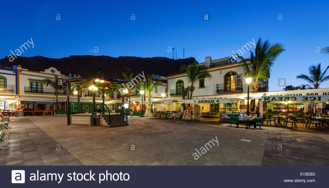 Restaurants und der Uferpromenade bei Dämmerung, Hafen von Puerto de Mogan, Gran Canaria, Kanarische Inseln, Spanien, Europa Stockbild