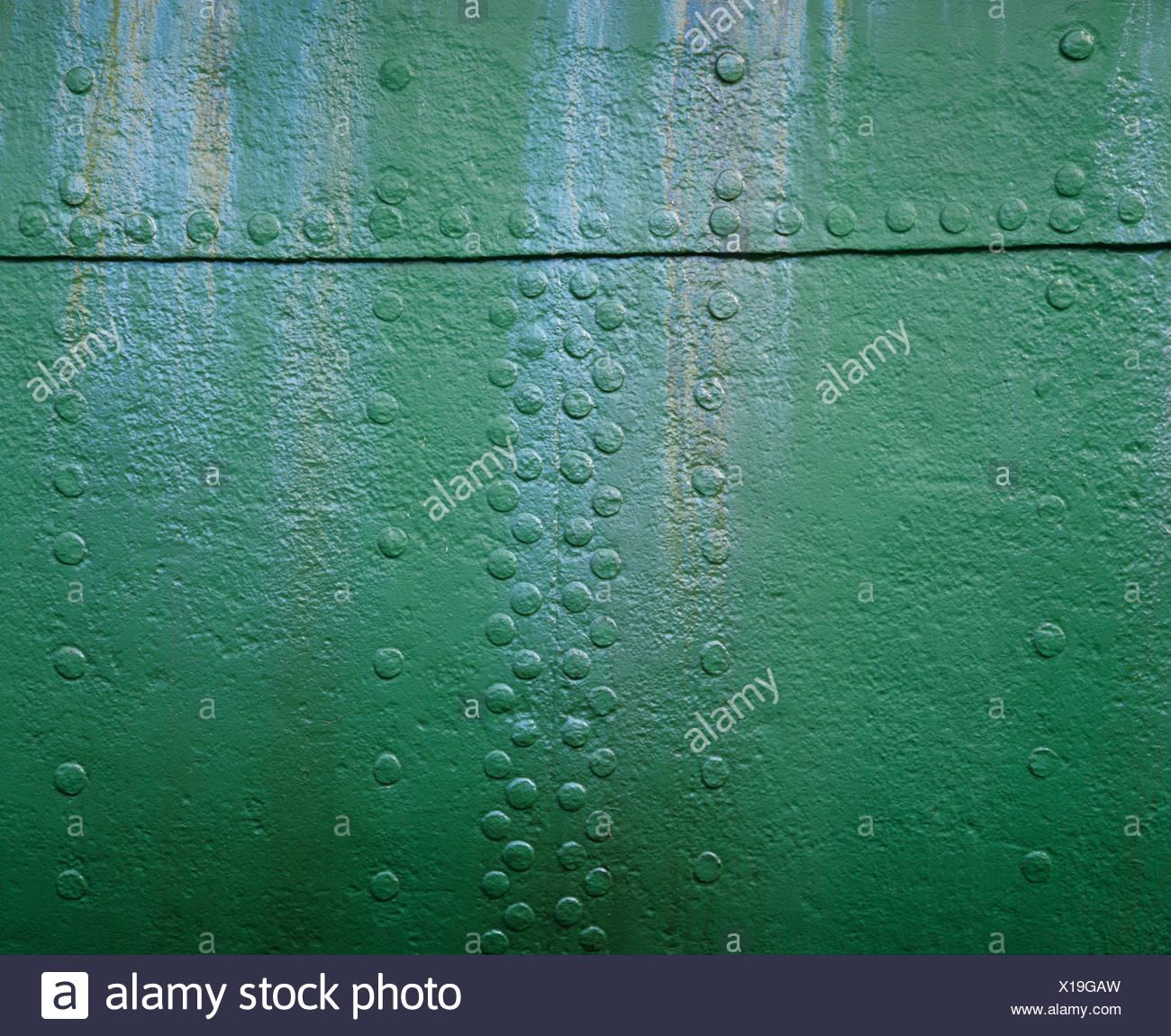 Grüne Metalloberfläche mit Nieten Stockbild