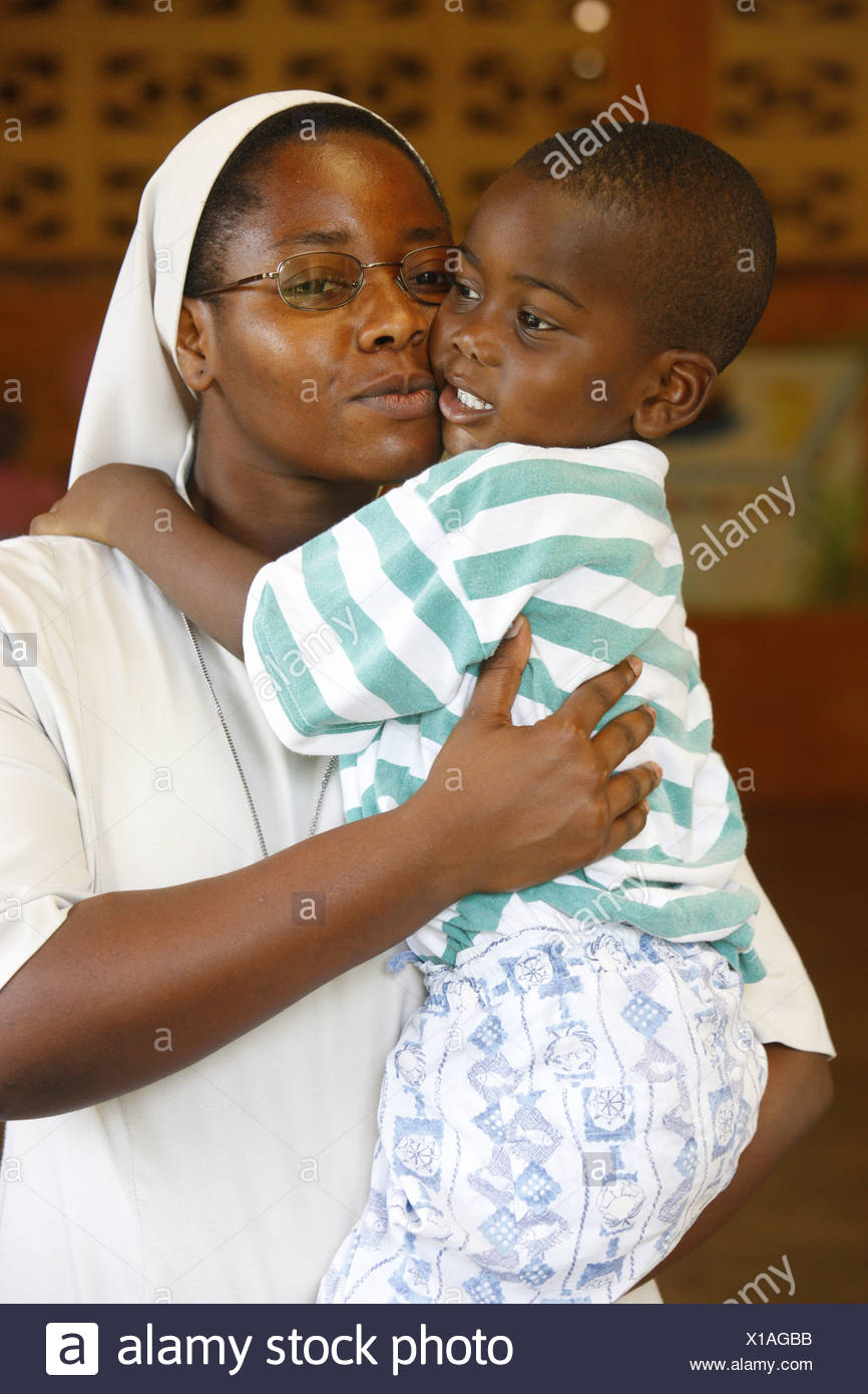Togo, Lomé, Baumschule & Kindergarten laufen von katholischen Nonnen Franziskaner Schwester hält ein Waisenkind Stockbild