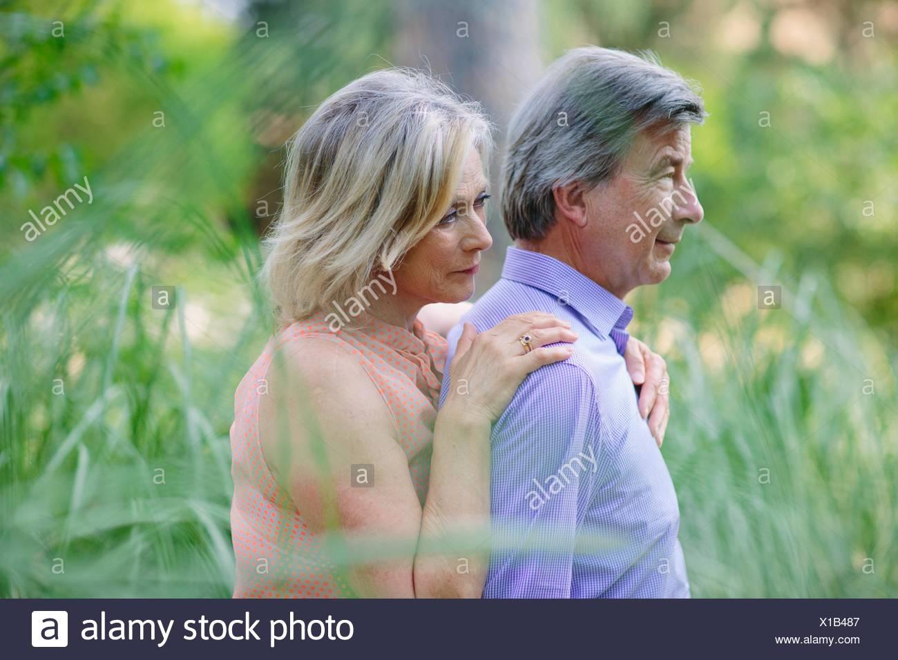 Älteres paar stehen zusammen, im Freien, mit nachdenklichen Ausdruck Stockbild