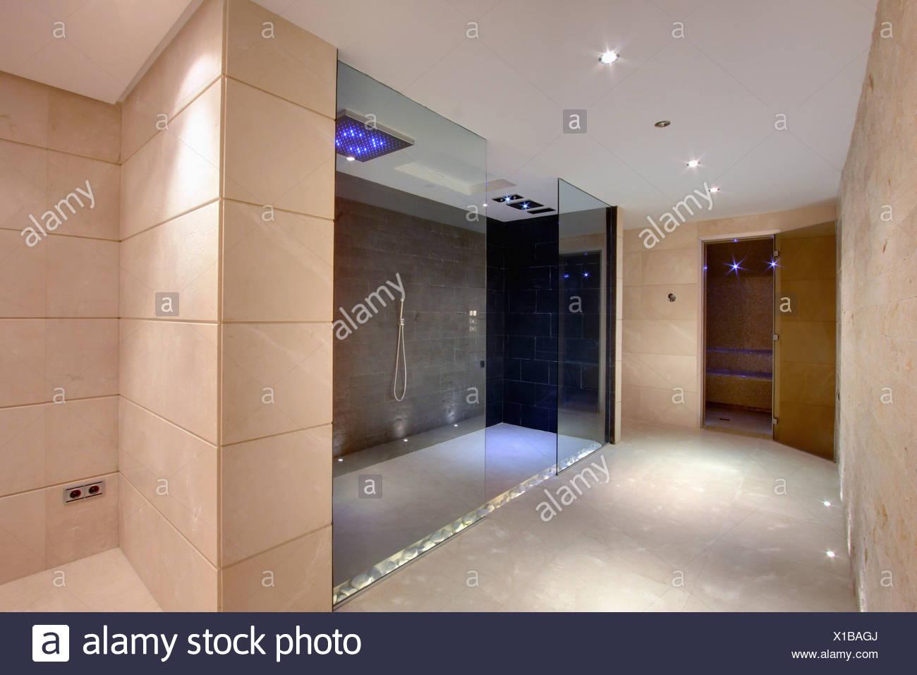 Grosse Begehbare Dusche Im Modernen Badezimmer In Neu Gebauten Villa