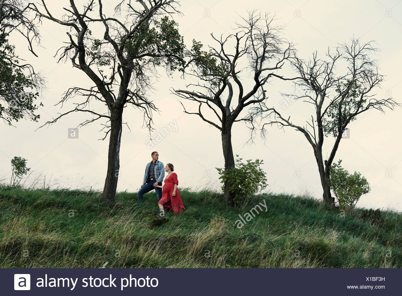 Schwangeren Paare hand in hand am Hang Stockbild