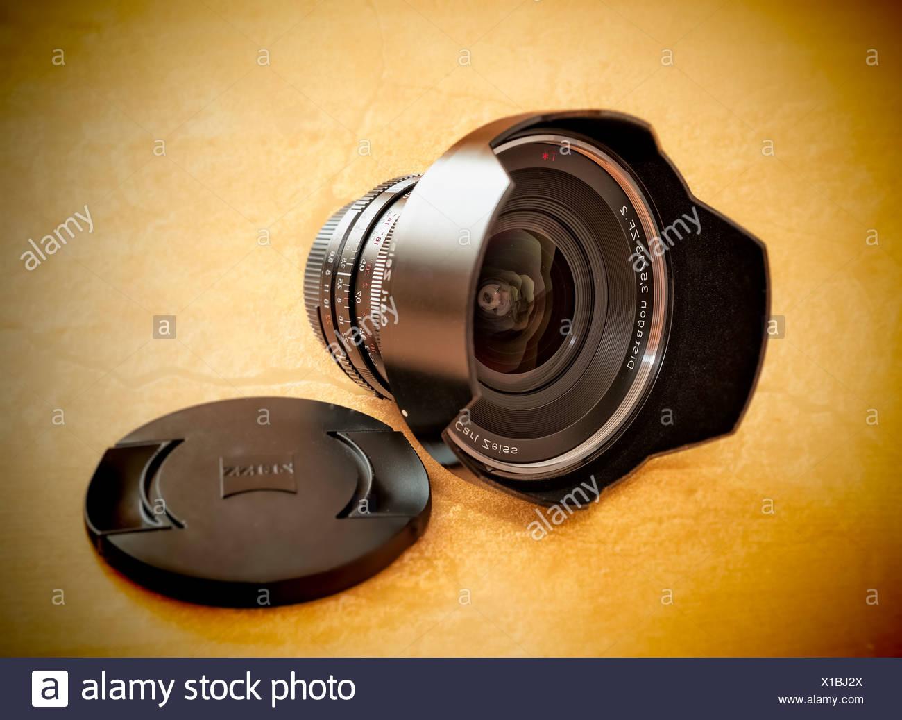 Weitwinkel-Objektiv, Zeiss Distagon ZN.2, 18mm, mit Deckel und Objektiv Kapuze Stockbild