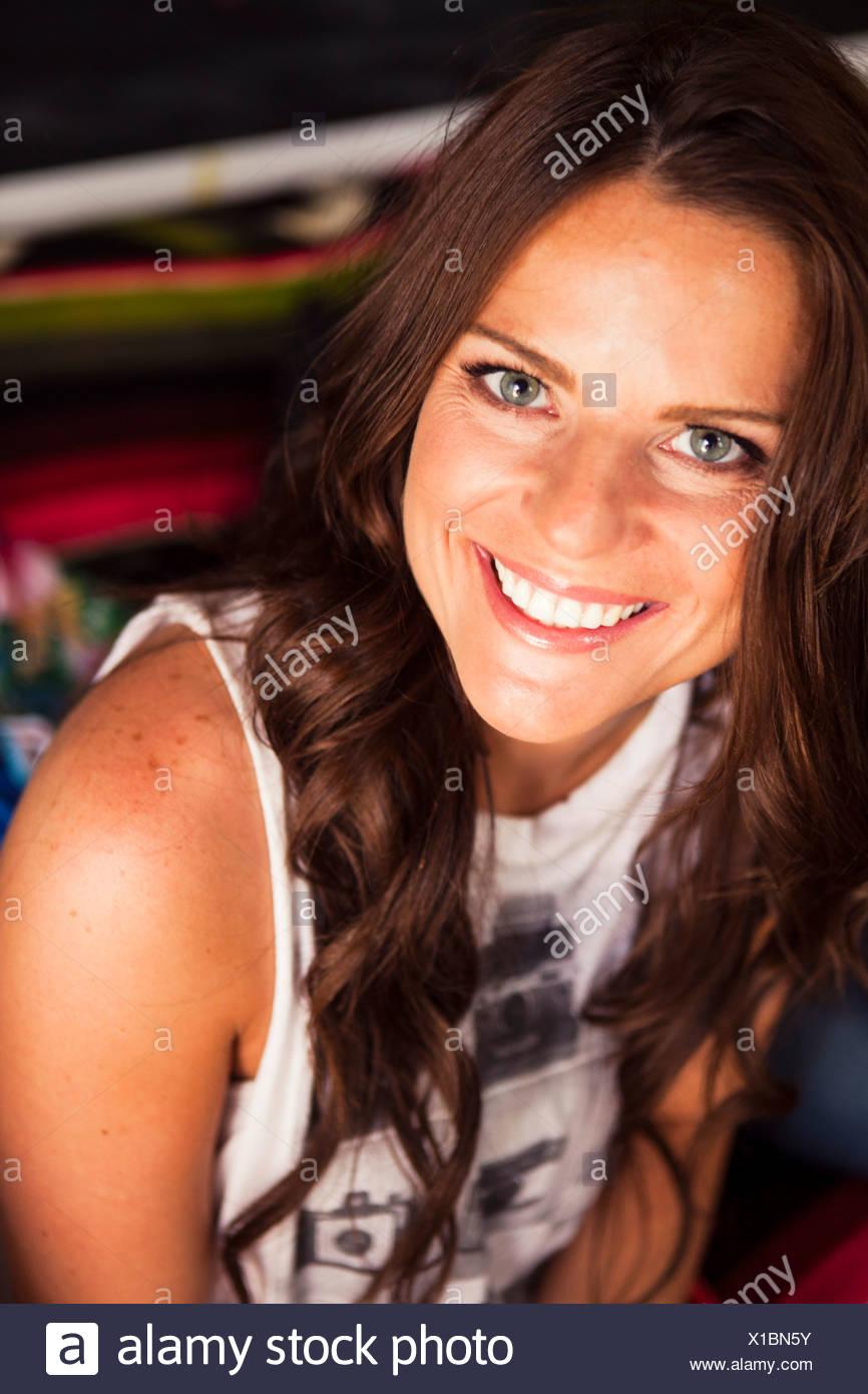 Junge Frau mit langen braunen Haaren zu Lächeln Stockbild