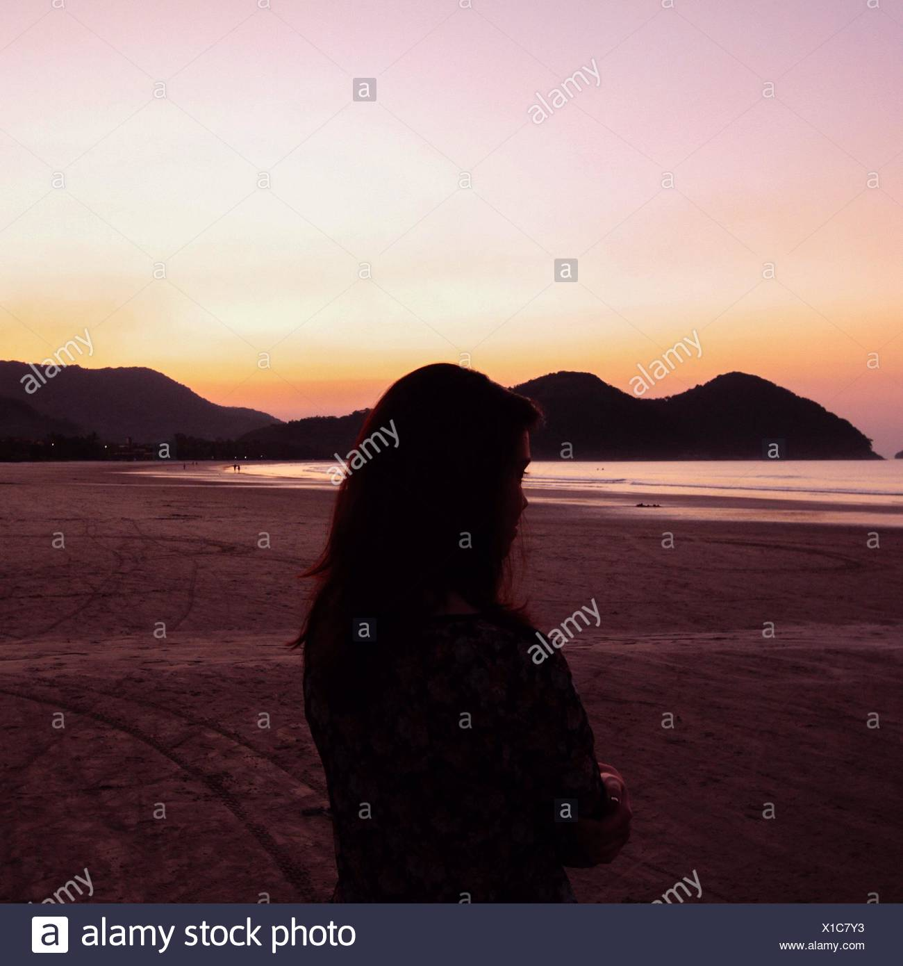 Silhouette der Frau am Strand Stockbild