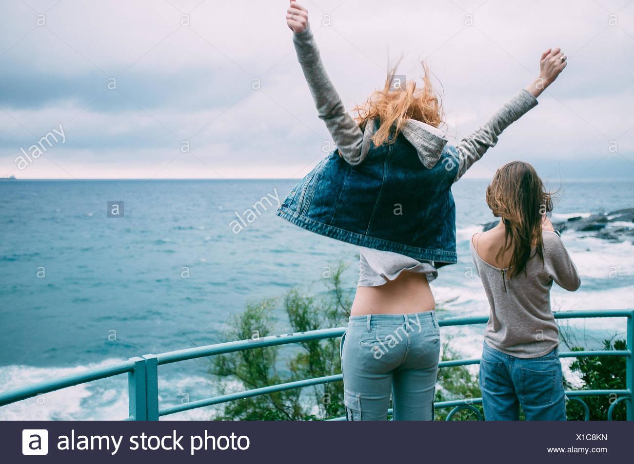 Zwei junge Frauen auf Promenade Stockbild