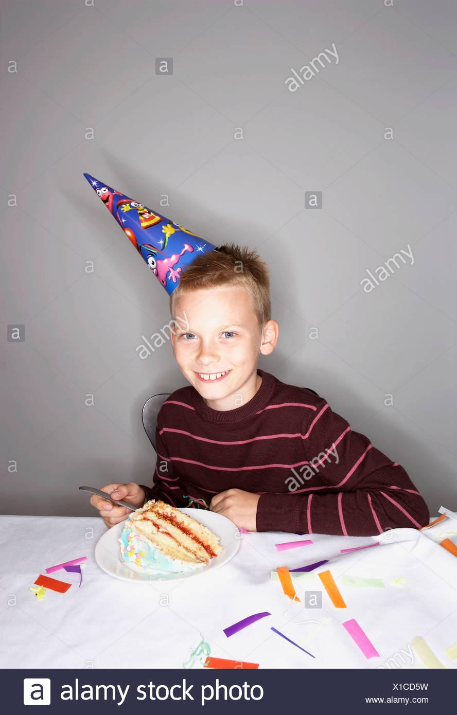 Jungen 8 10 Mit Stück Geburtstagstorte Stockfoto Bild 276254325
