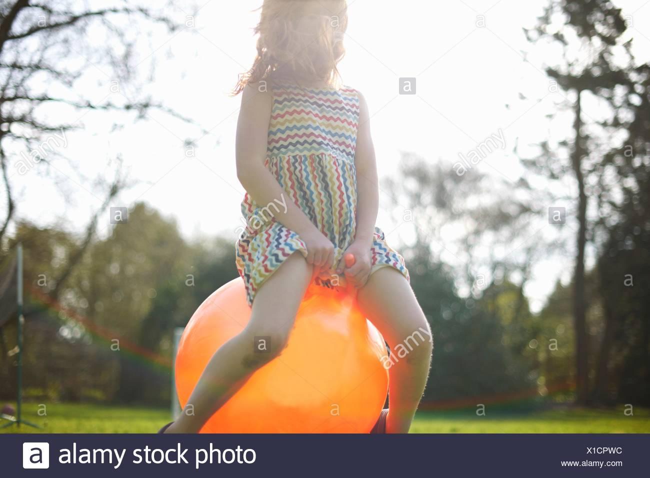 Junges Mädchen Prellen auf aufblasbaren Trichter Stockbild