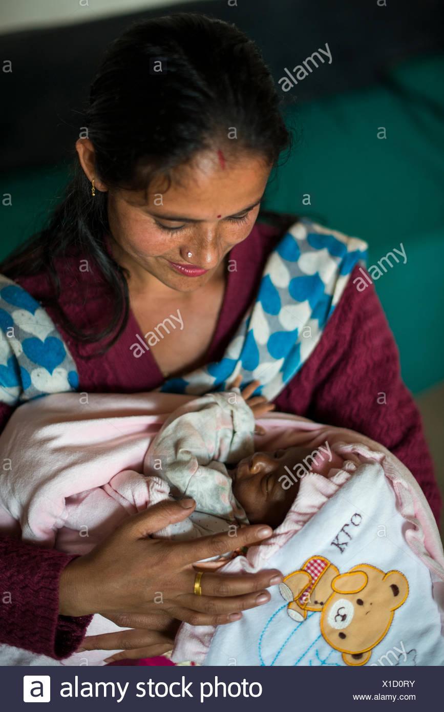 Eine Mutter und Baby in einem Krankenhaus in Nepal. Stockbild