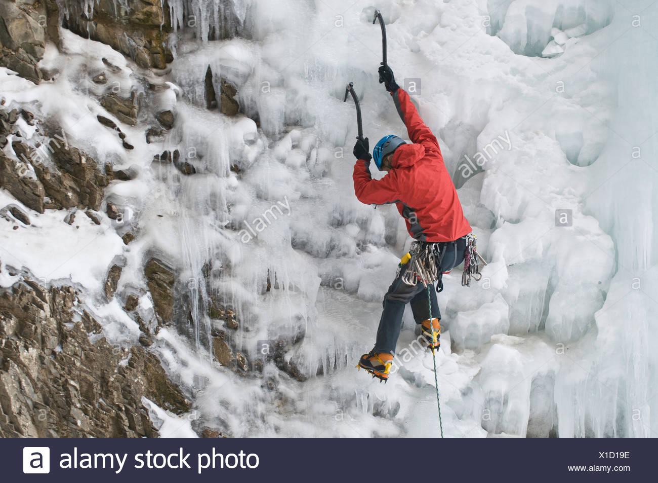 Ein Mann Eisklettern einen gefrorenen Wasserfall, Silverton, Colorado. Stockbild