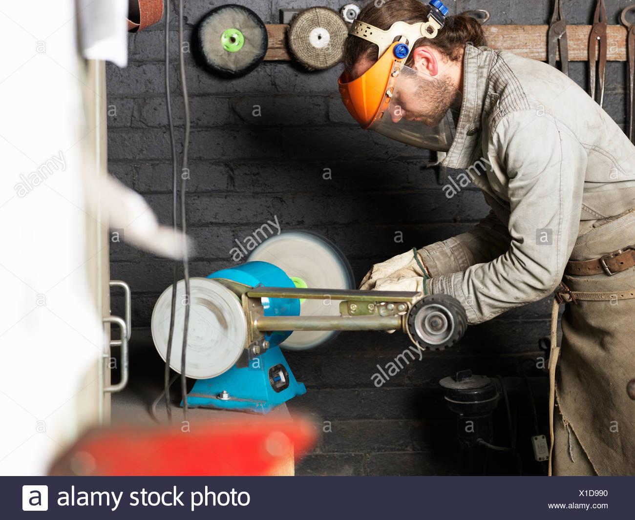 Schmiede arbeiten an Maschine in Werkstatt Stockfoto