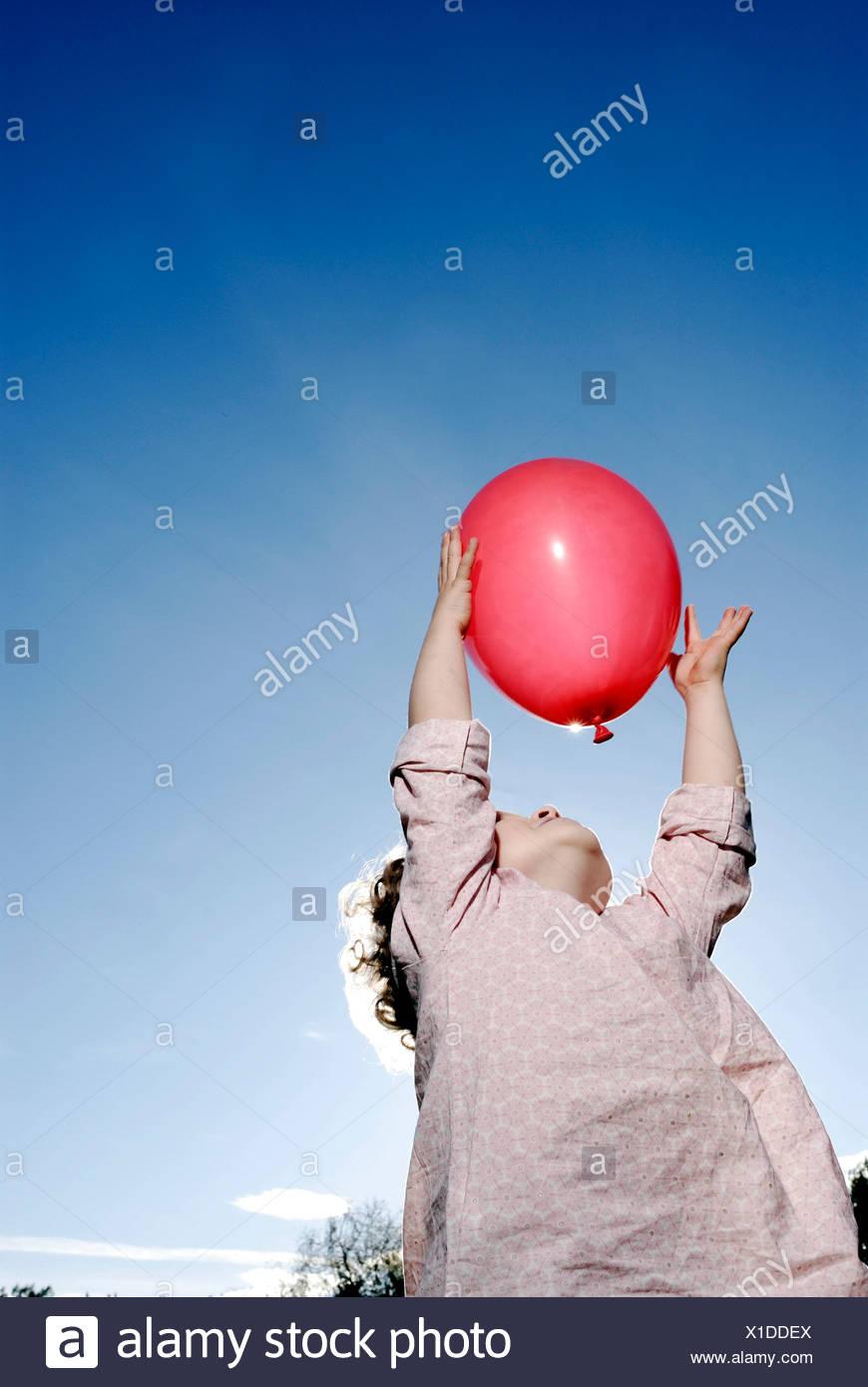 3 Jahre altes Mädchen hält einen Ballon Stockbild