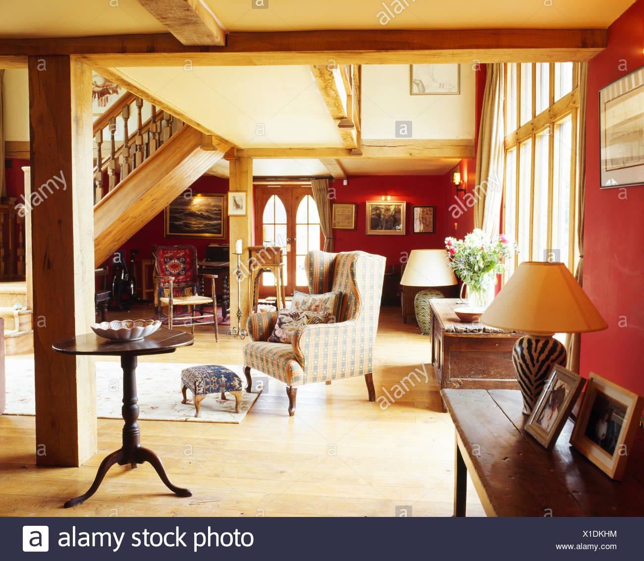 Antiker Beistelltisch Anzeige bequemen Sessel in rot und Creme Hall ...