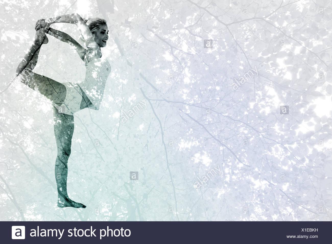 Zusammengesetztes Bild der sportlichen Frau Körper während Balancieren auf einem Bein Strecken Stockbild