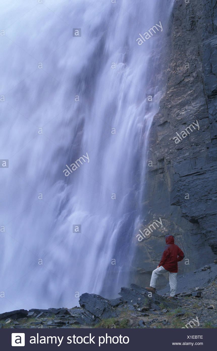 Britisch-Kolumbien Kanada Nord Amerika Amerika Kaiser fällt Berg Lake Trail Mount Robson Provincal Park Frau Stockbild