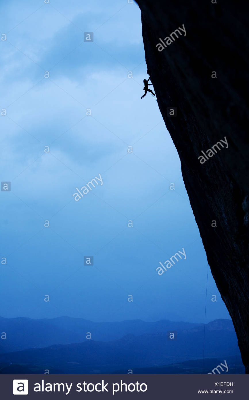 Ein Mann Felsen klettert in Spanien. Stockbild