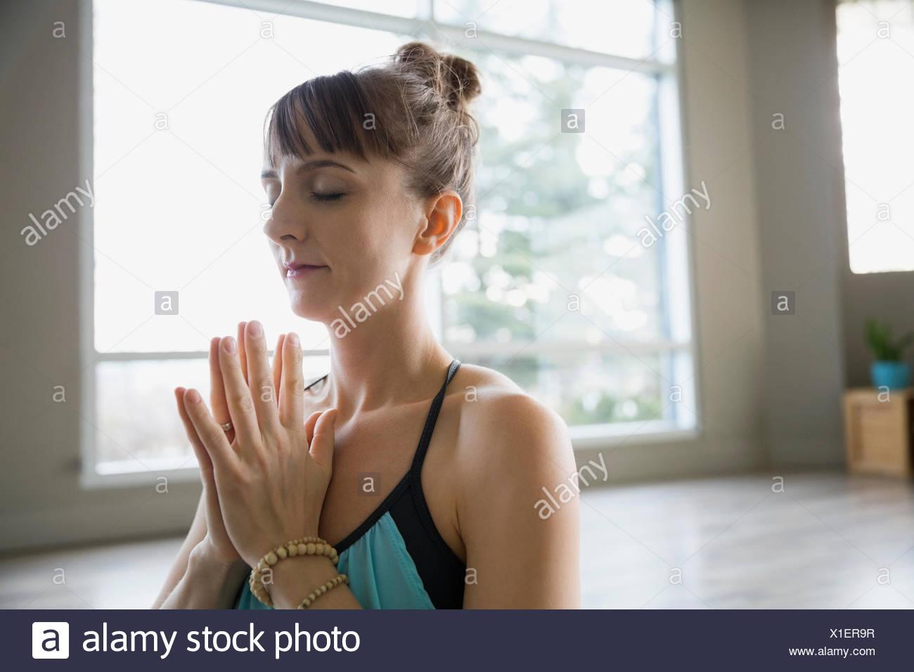 Frau mit Hände im Gebet Position meditieren Stockbild