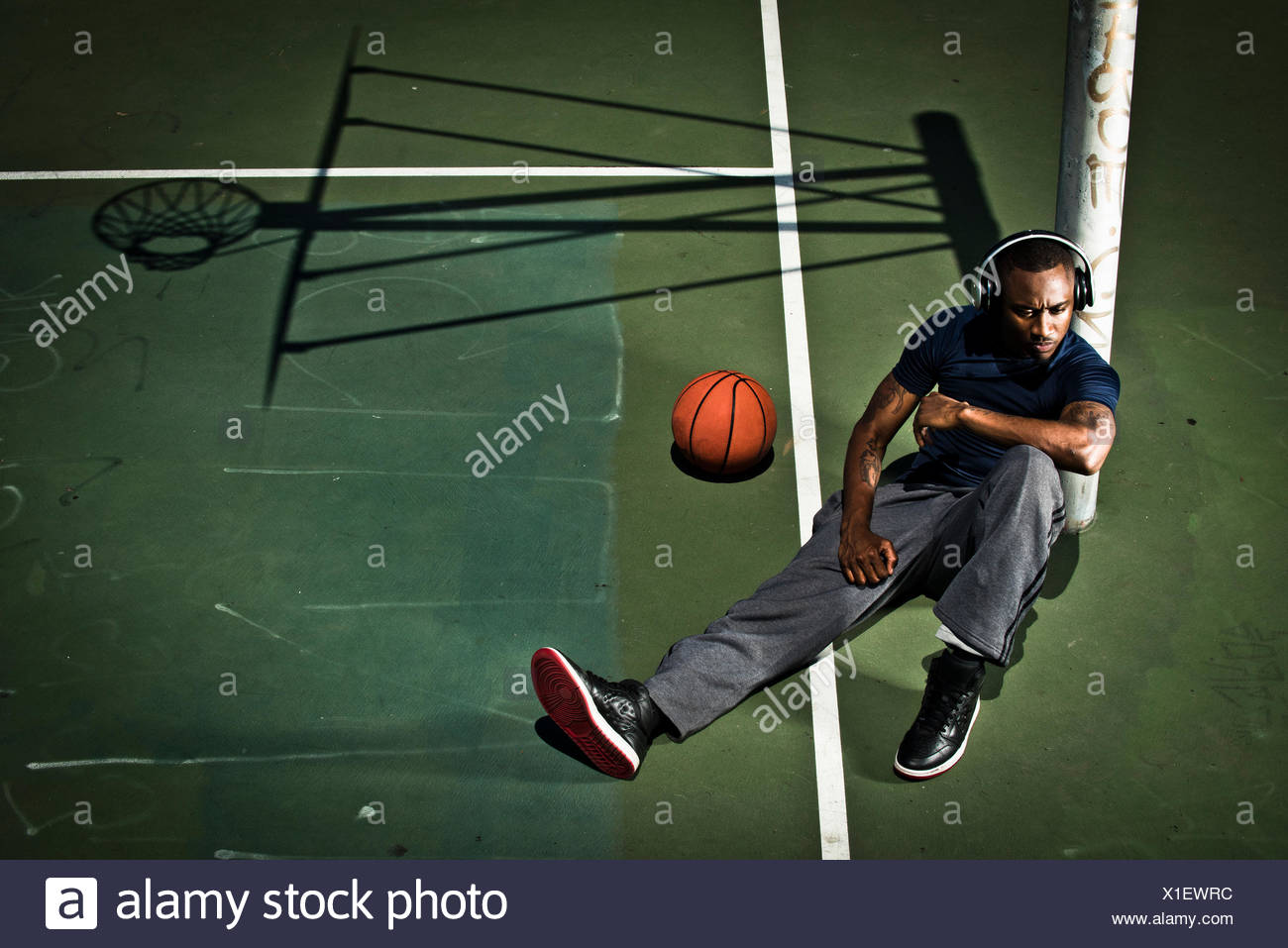 Ein Basketball-Spieler hört Musik vor einem Spiel. Stockbild