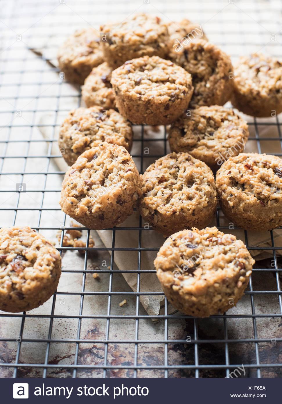 Glutenfrei, multi-Korn Cookies auf Kühlung Rack, close-up Stockbild